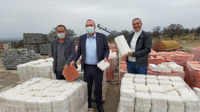 Sivaslı Belediyesi kendi ürettiği taşları kendisi döşüyor